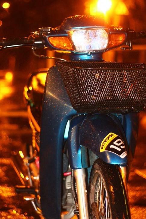 Honda Wave 110 lung linh dưới mưa