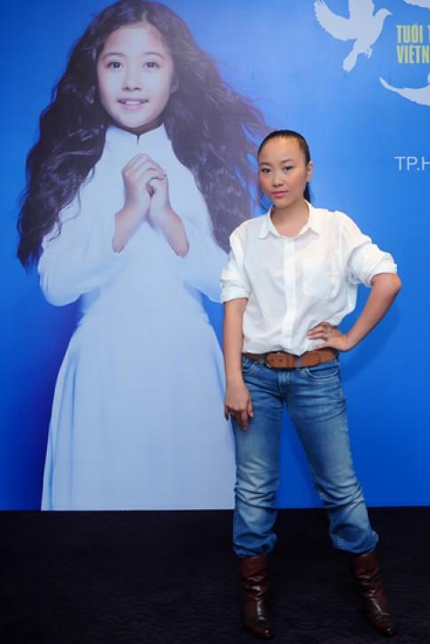 Hồng Nhung, Đoan Trang tinh khôi với sơ mi trắng