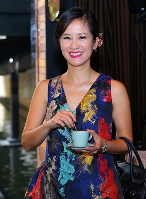 Hong Nhung vao top sao trang diem xau thang 10 voi guong mat bong