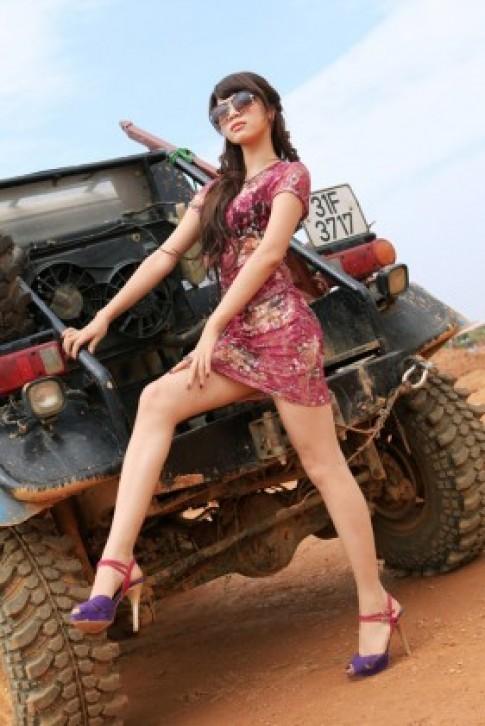 Hotgirl Ha Thanh lam 'nong' Viet Nam Offroad Cup