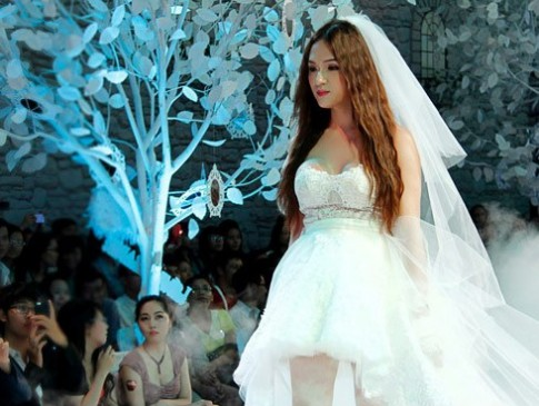 Huong Giang Idol guong gao khi mac vay cuoi