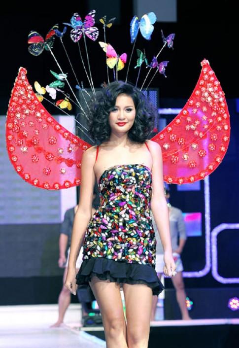 Huong Giang tao dang tren san catwalk