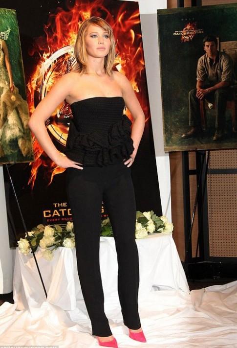 Jennifer Lawrence ngay bon bo trang phuc dao Cannes