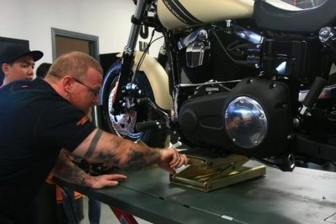 Khi Harley-Davidson ở Sài Gòn thay lốp xe môtô
