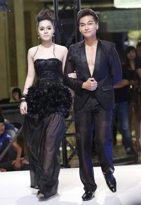 Khuong Ngoc diu Hanh Nguyen dien catwalk