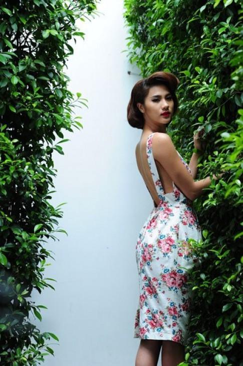 Kim Dung khoe eo thon trong váy hoa