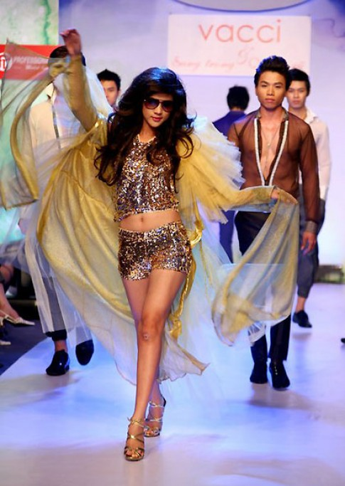 Kim Dung tự tin catwalk bên một dàn mẫu nam