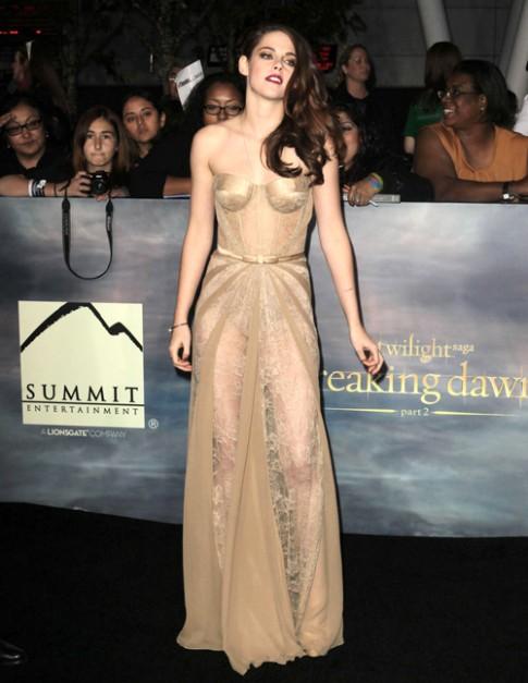 Kristen Stewart dien vay 1 ty dong ra mat 'Hung dong 2'