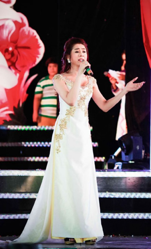 Lâm Chi Khanh gợi cảm với áo dài cách điệu