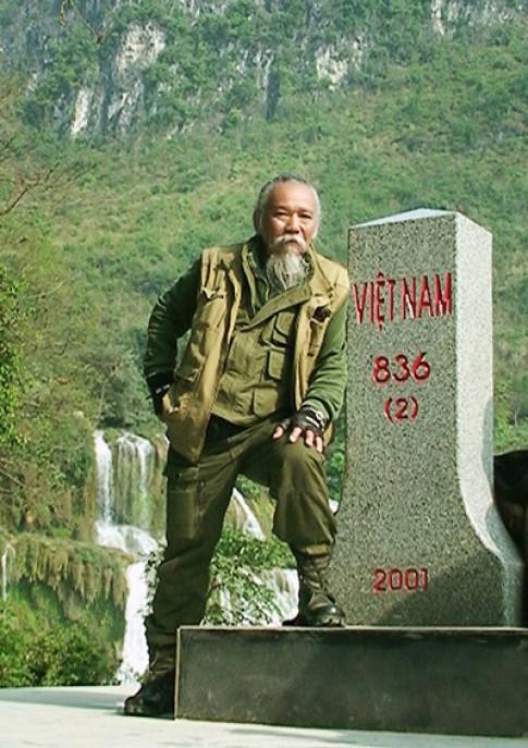 Lao ong 78 tuoi dam me phuot bang nhung chiec xe phan khoi lon.