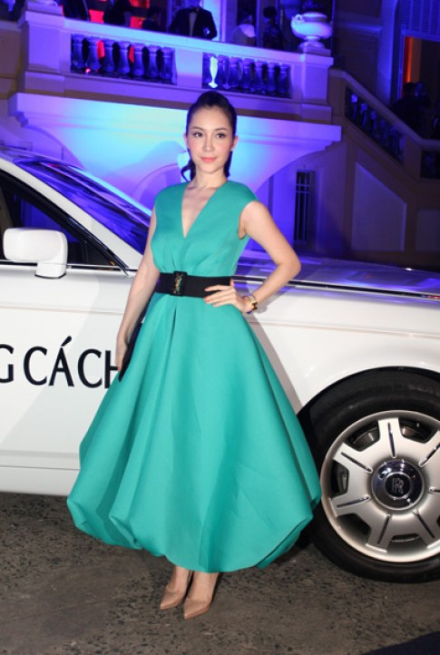 Linh Nga dien vay xanh bong benh