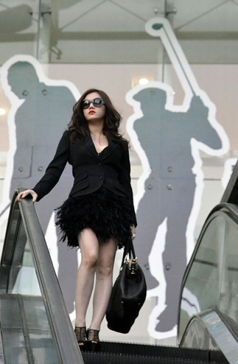 Lý Nhã Kỳ mặc đầm lông vũ dạo chơi Thượng Hải