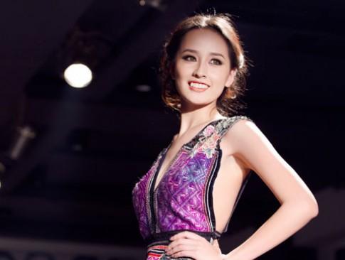 Mai Phuong Thuy tung vay tren san catwalk