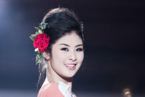 Ngọc Hân cài hoa hồng catwalk
