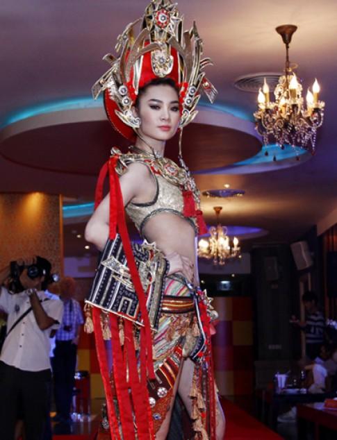 Ngoc Oanh gay an tuong voi trang phuc dan toc