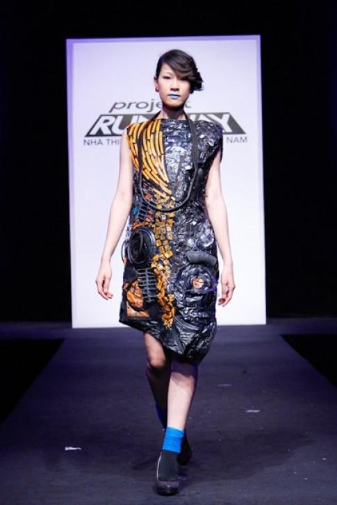 Người mẫu cá tính với váy làm từ rác