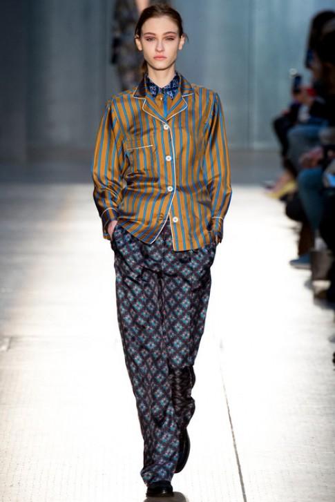 Nguoi mau dien mot do ngu trong London Fashion Week