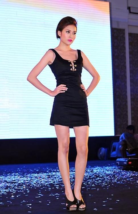 Người mẫu Việt khoe chân dài
