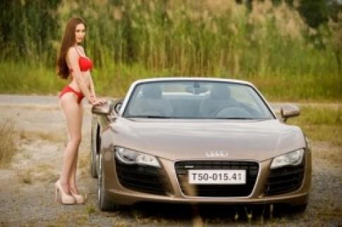 Nguoi mau Viet sexy ben Audi R8 Spyder