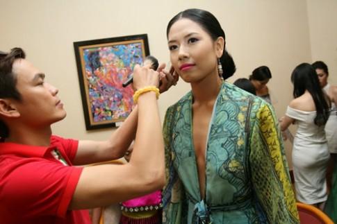 Nguyễn Thị Loan diện váy xẻ cổ sâu trên catwalk