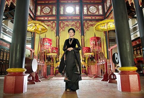 Nguyễn Thị Loan quý phái với áo dài hoàng tộc