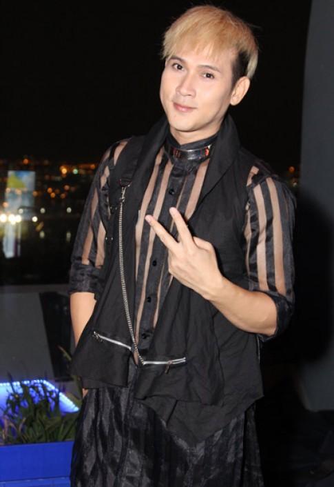 Nguyen Vu mac loi voi trang phuc xuyen thau