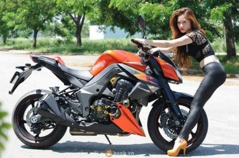 Nha co Kawasaki Z1000 thi bao se co gai dep
