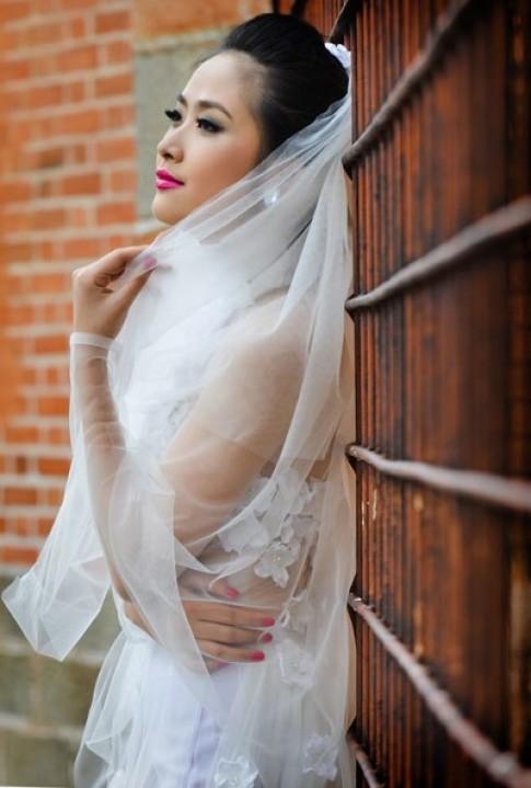 Nhã Uyên diện áo dài cưới voan kết ren