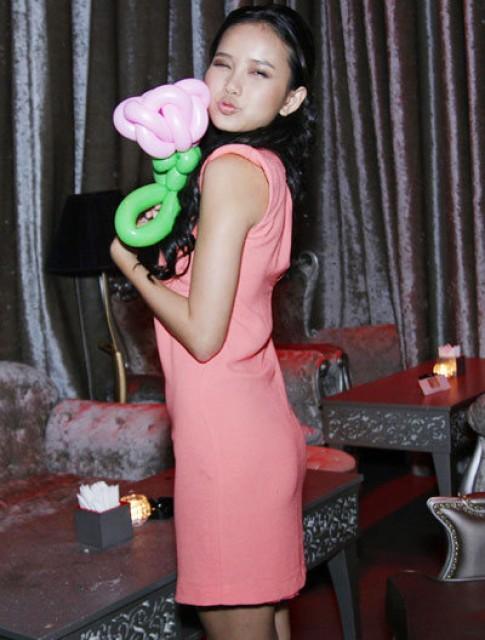 Như Thảo diện váy hồng đơn giản