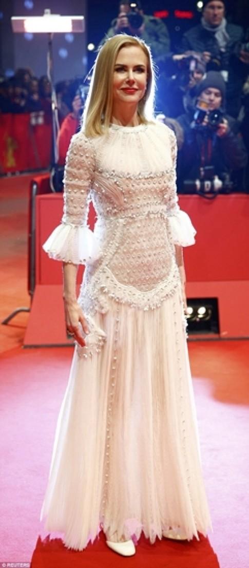 Nicole Kidman mac dep nhat tuan voi dam co tich Valentino