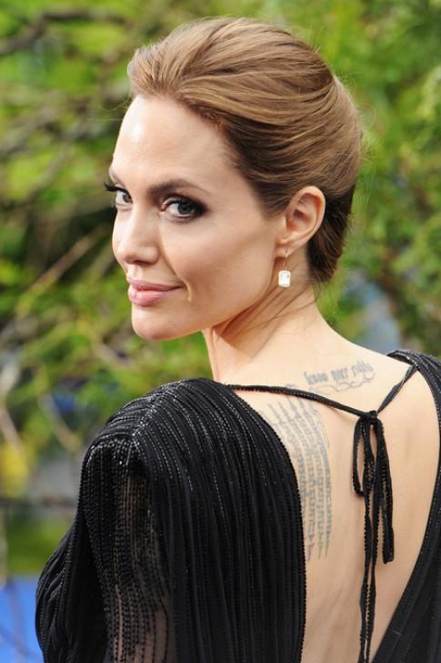 Phong cach trang diem sexy cua Jolie tren tham do