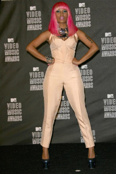 Phong cach tu sac so den toi gian cua Nicki Minaj