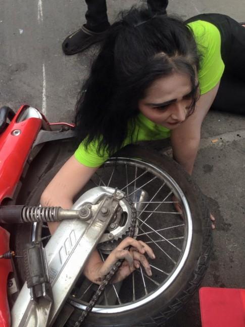 Tai nạn khiến cô gái xinh đẹp bị dính cánh tay vào bánh xe Wave