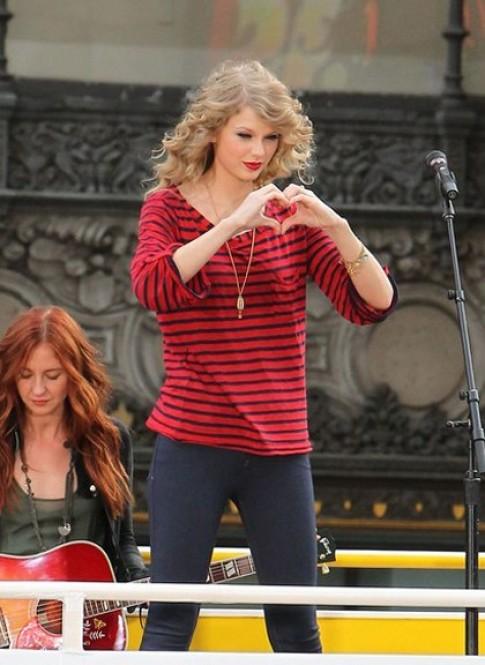 Taylor Swift mặc hàng bình dân vẫn đẹp