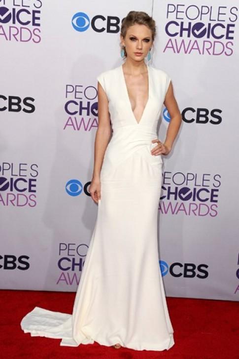 Taylor Swift trắng muốt trên thảm đỏ