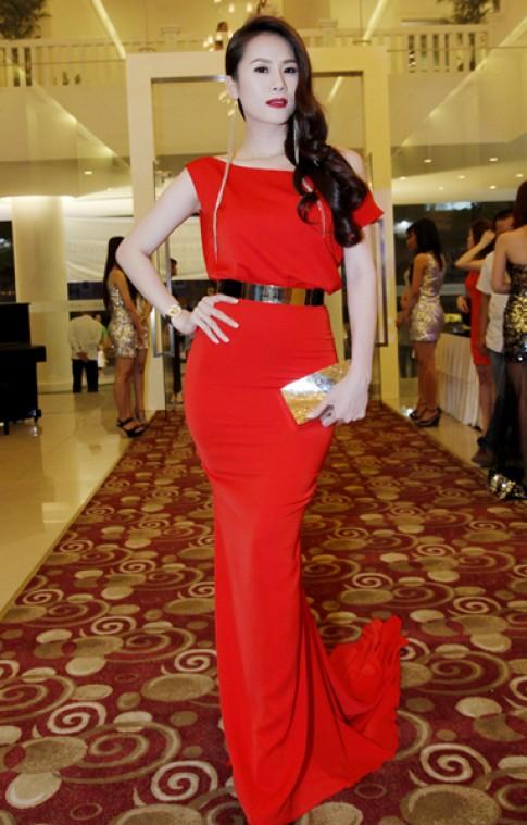 Thái Hà đọ váy đỏ với Maya
