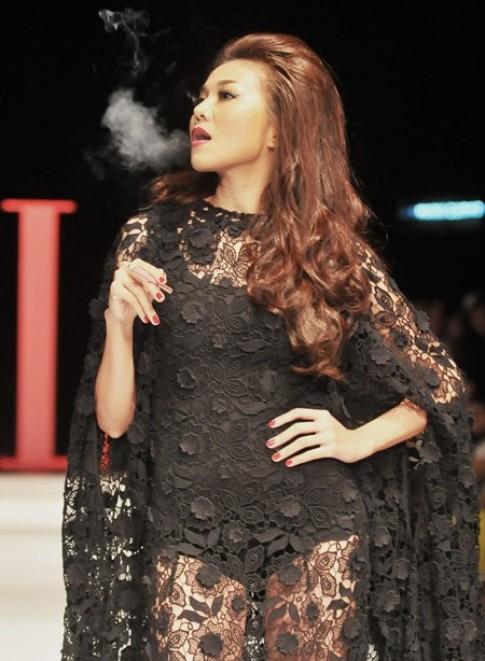 Thanh Hang nha khoi tren san catwalk