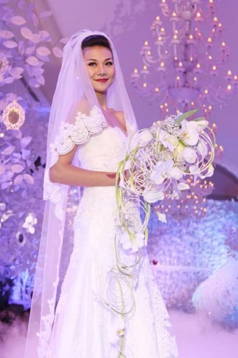 Thanh Hằng rạng rỡ diện váy cưới