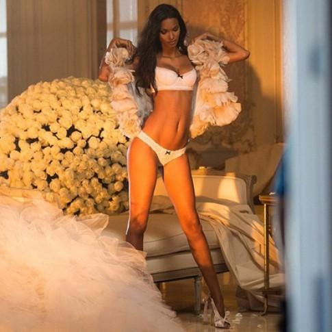 Thiên thần Victoria's Secret bay bổng trên trường quay