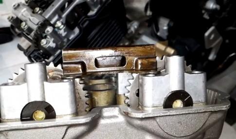 Thu phan biet ben trong dau bo xe Raider va FX125 nha Suzuki