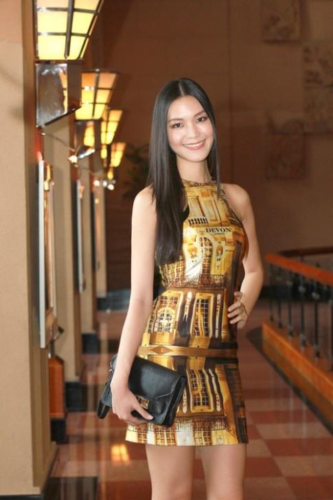 Thùy Dung diện váy khoe thân hình siêu mỏng