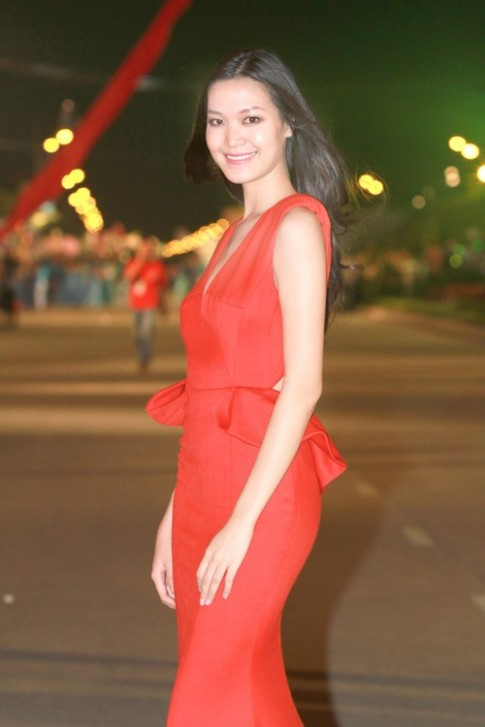 Thuy Dung do ruc dieu hanh tai Carnaval Ha Long
