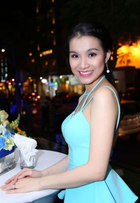 Thuy Lam giam can sau sinh bang cach cho con bu