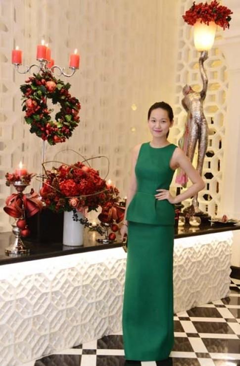 Tống Diệu Hằng mặc váy xanh đón Giáng sinh sớm