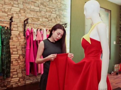 Trà Ngọc Hằng chăm chút cho chiếc váy hình cờ Tổ quốc