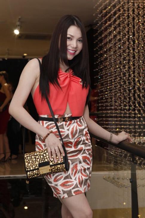 Tra Ngoc Hang chuong vay ho lung