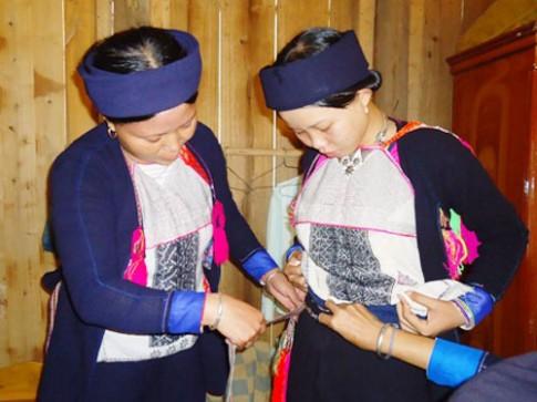 Trang phục tinh tế của người phụ nữ Dao