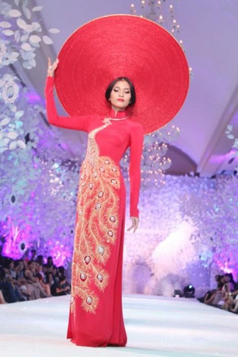 Trương Thị May diễn áo cưới với khăn đóng khổng lồ