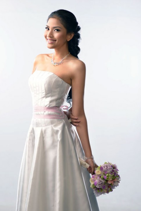 Trương Thị May kiêu sa cùng hoa cưới