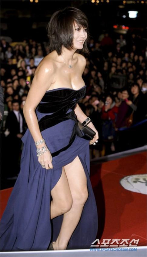 Váy áo khoe vòng một của Kim Hye Soo